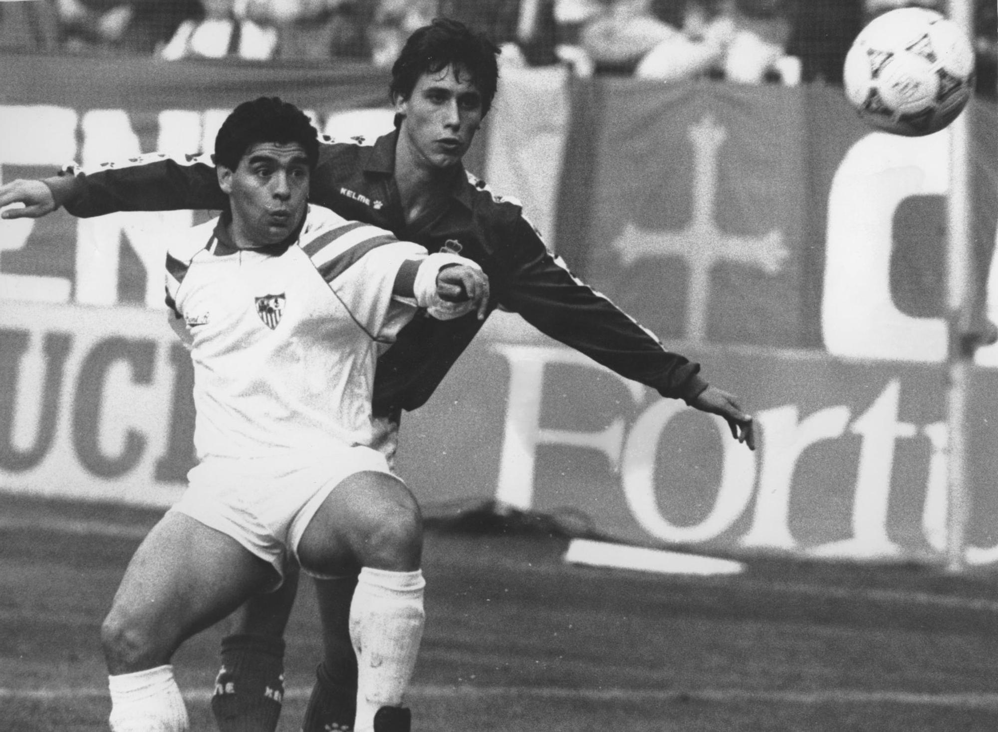 Maradona defendido por Luis Manuel en un Real Oviedo-Sevilla.jpg