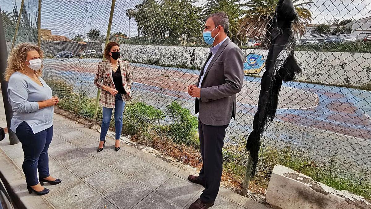 Carmen Rosa Pérez, Noelia González y Manuel Domínguez visitaron ayer la parcela de El Campo, en Toscal Longuera.