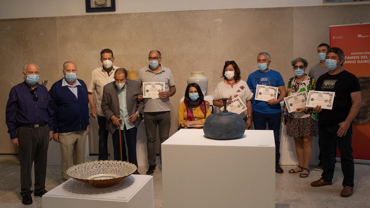 Los galardonados con Herminio Ramos, el creador del Premio de Cerámica y Alfarería, y la concejala de Cultura, Eugenia Cabezas
