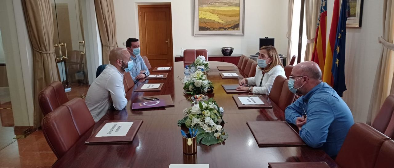 Un instante de la reunión entre la subdelegada del Gobierno, Araceli Poblador, y el portavoz municipal de Unidas Podemos, Xavier López