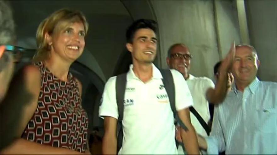 Joel González, aclamado como un héroe a su llegada a casa