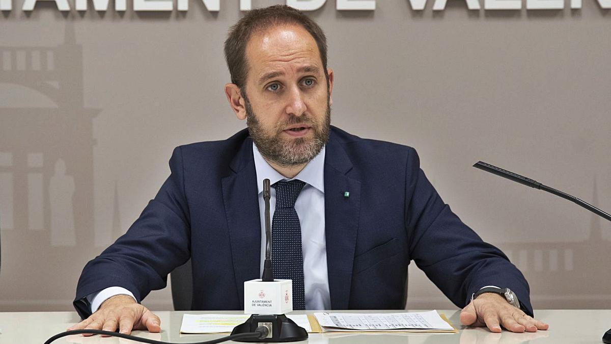 El concejal Aarón Cano informó de las actuaciones contra la violencia machista. | LEVANTE-EMV