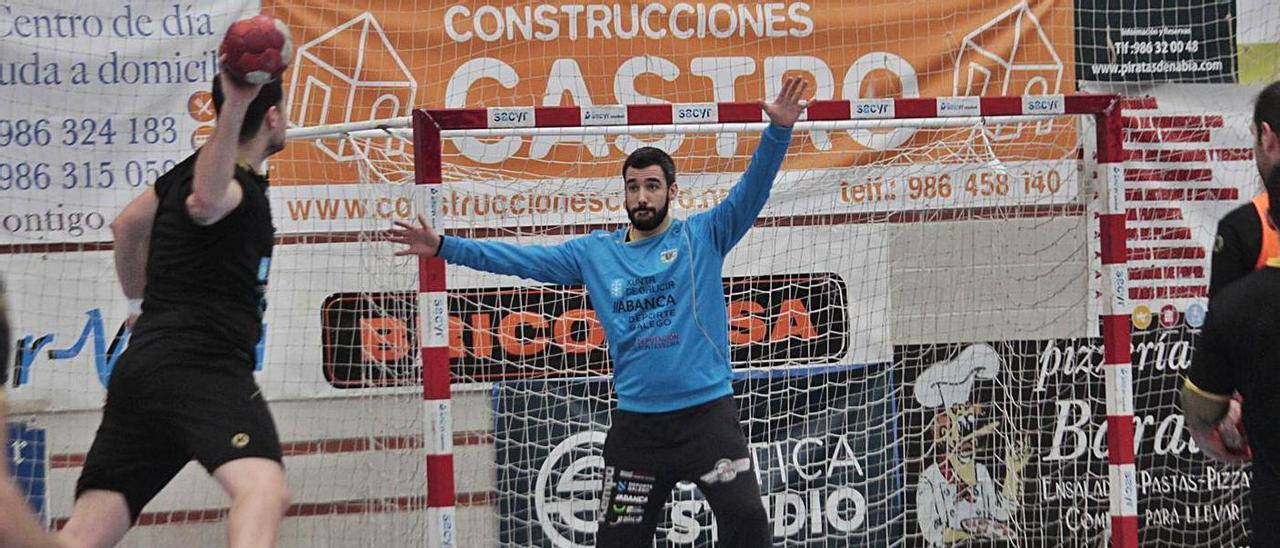 Gerard Forns intenta detener un lanzamiento en un entrenamiento en O Gatañal.    // SANTOS ÁLVAREZ
