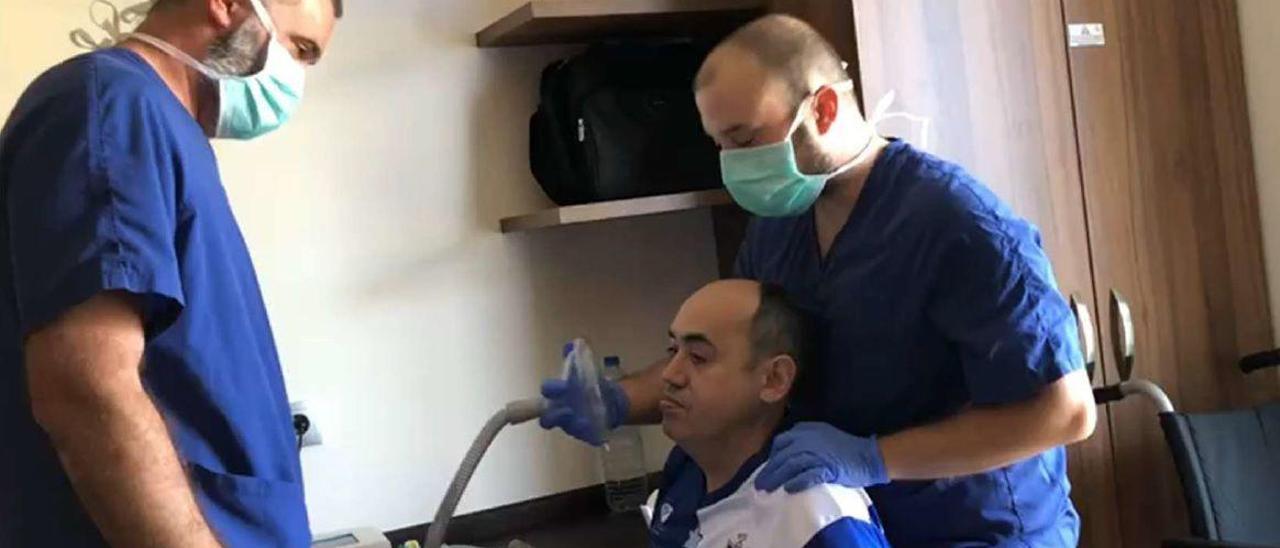 Trabajadores de la residencia del Montepío, junto a uno de sus usuarios, con una terapia respiratoria.
