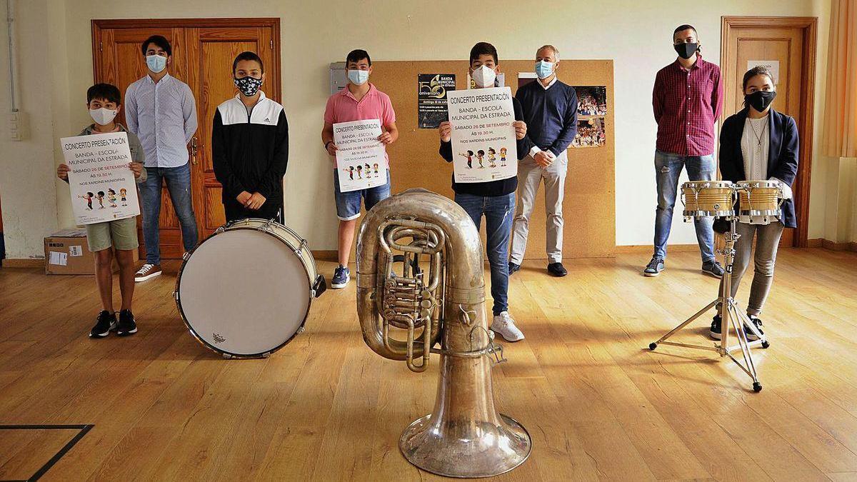 Algunos de los integrantes de la nueva Banda Escola Municipal de A Estrada, que estará formada por 25 músicos.