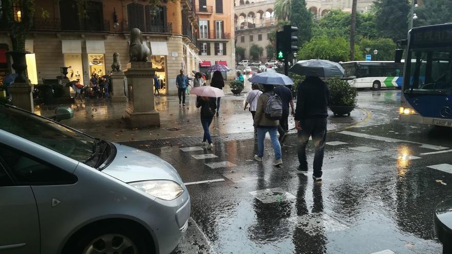 La lluvia, el viento y los fenómenos costeros tendrán este sábado en aviso a Baleares