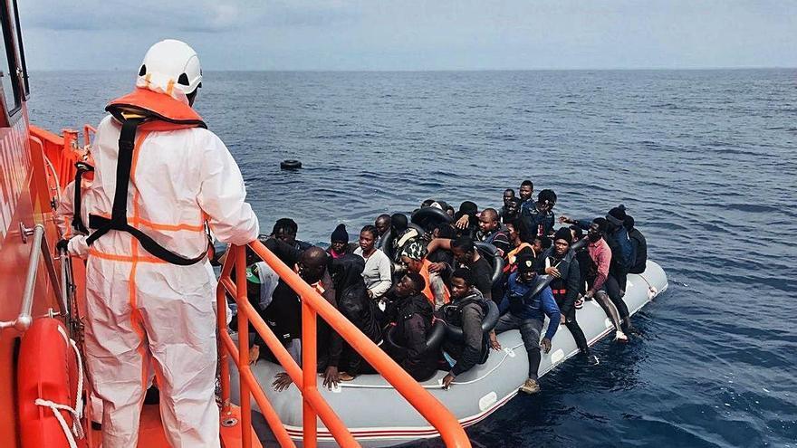 Més de 110 persones arriben amb pastera per la frontera sud i Canàries