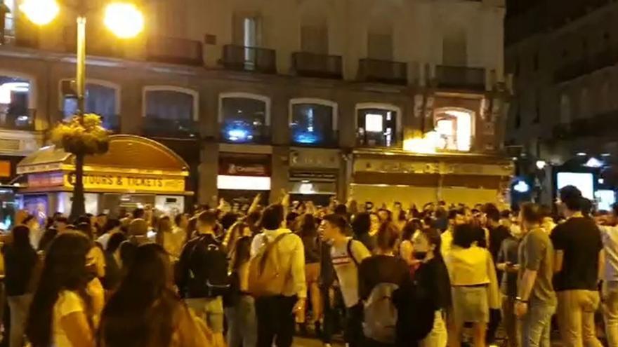 Miles de personas celebran en Madrid la primera noche sin estado de alarma