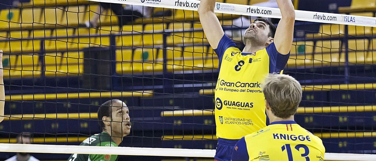 Renan se eleva para colocar una bola para el remate de su compañero Knigge, de espaldas. | | LP/DLP