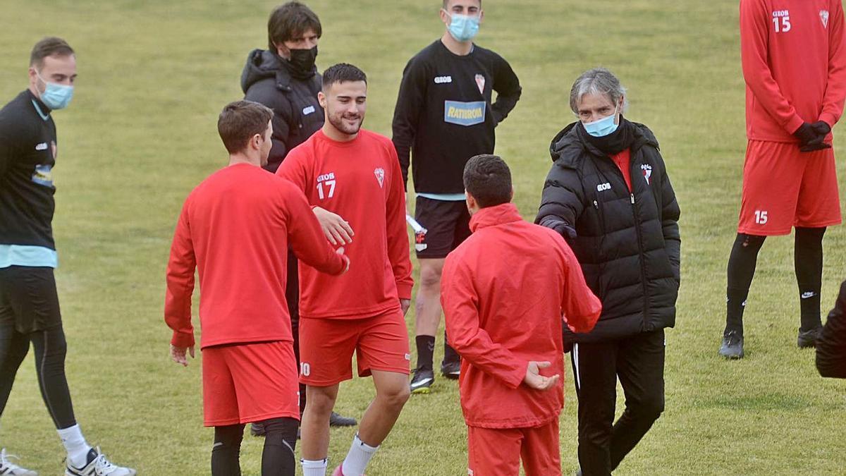Rafa Sáez presentando a Kilian Villaverde a los que serán sus nuevos compañeros. |  // N. PARGA