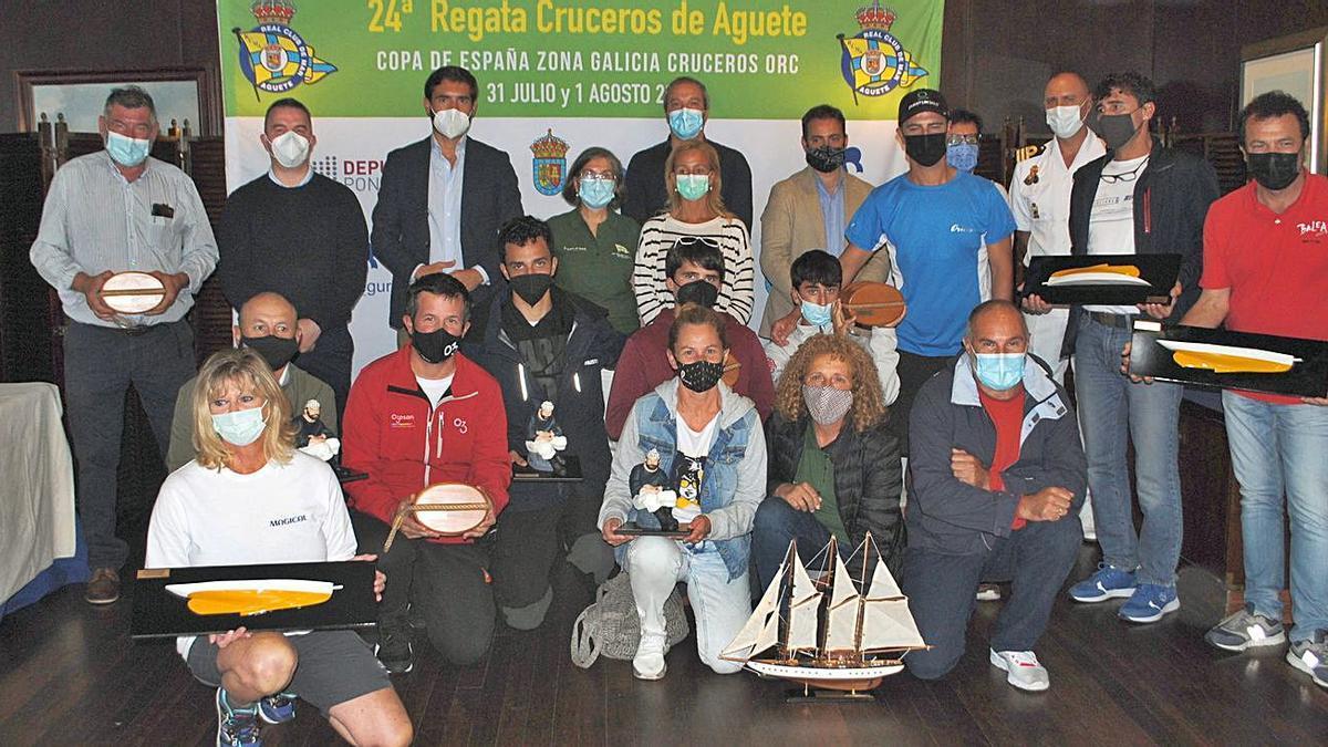Todos los ganadores, con sus premios en la sede del Real Club de Mar de Aguete. |  // FDV