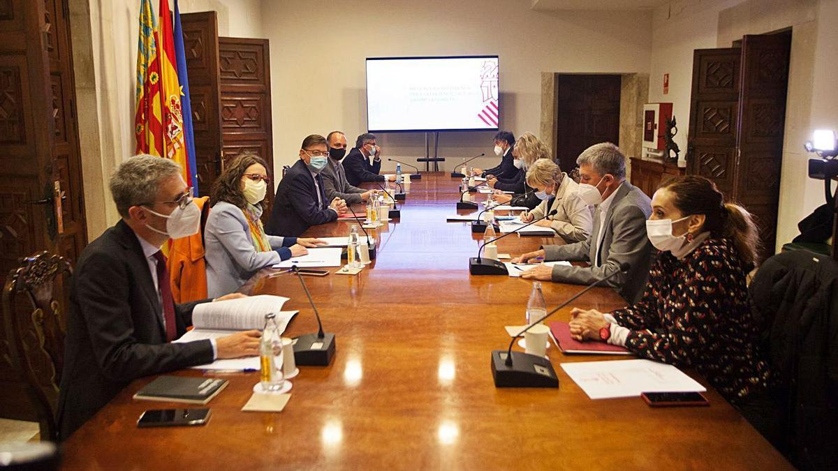 Asistentes a la comisión interdepartamental, ayer en el Palau, que decidió la prórroga de medidas. | FERNANDO BUSTAMANTE