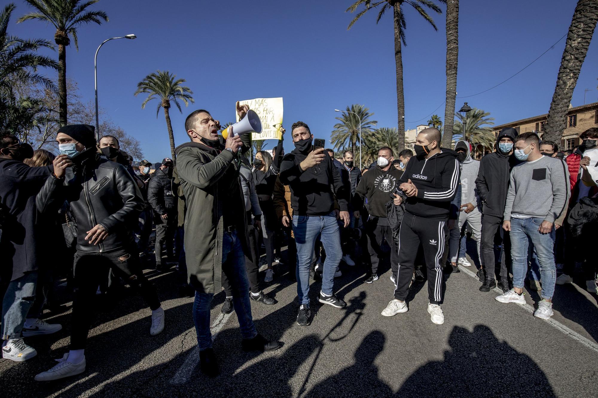 Un millar de restauradores cortan las Avenidas en su protesta ilegal por las restricciones