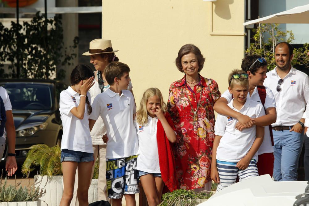 La reina Sofía con sus nietos