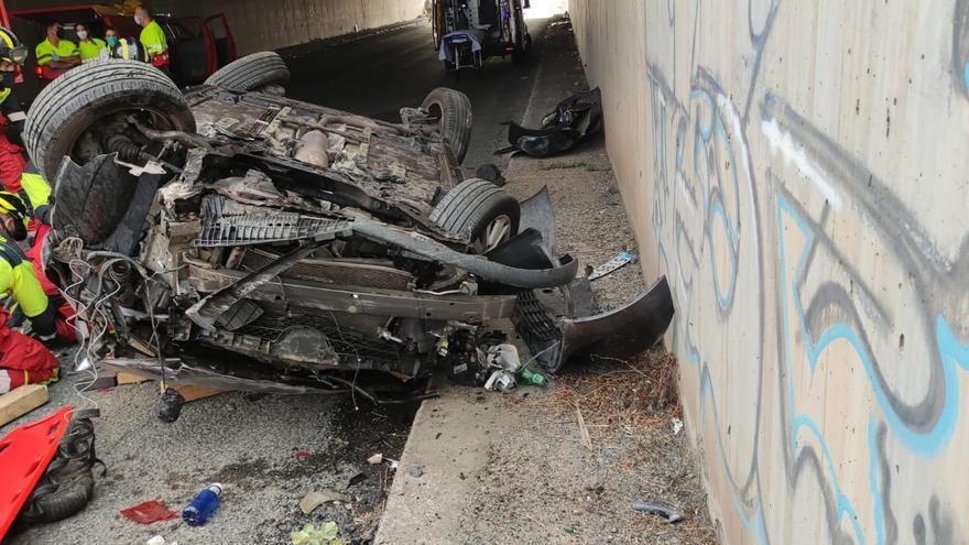 Una mujer grave tras volcar su vehículo en el túnel de La Laja