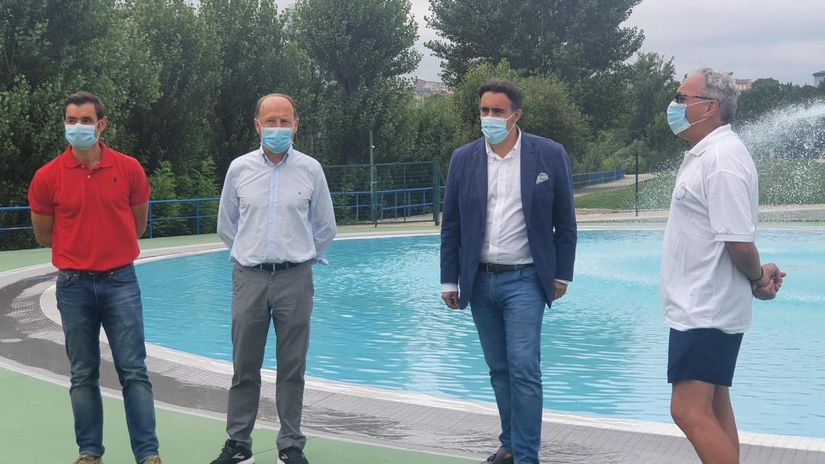Mario Guede y Jorge Pumar visitan las instalaciones de las piscinas de Oira, que se abrirán al público este lunes.