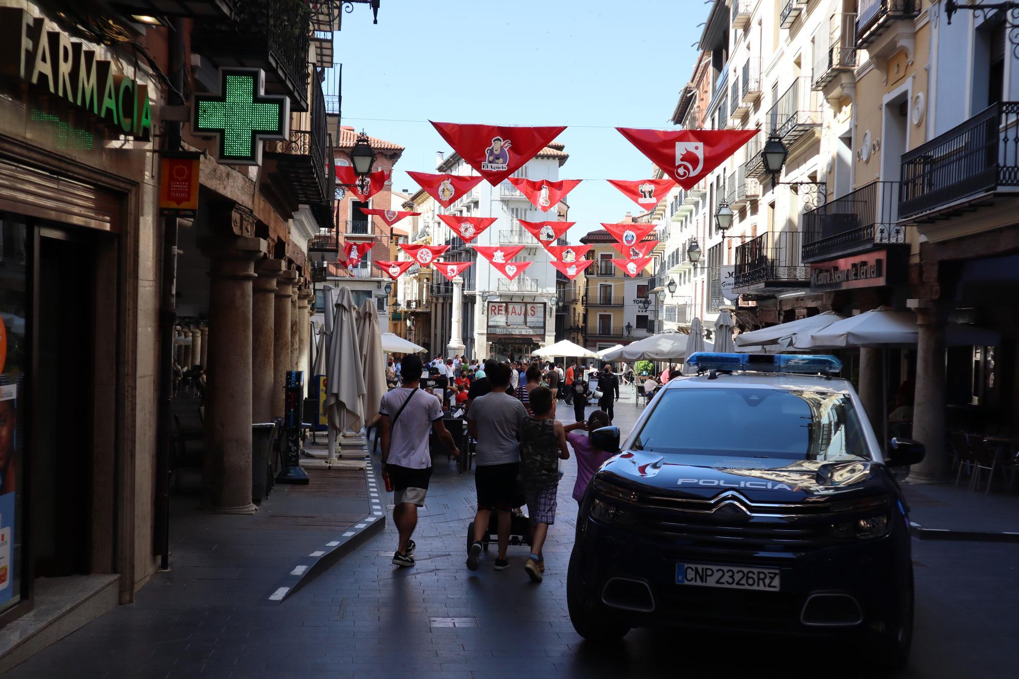 FOTOGALERÍA | La Peña El Agüelo sube en grúa para colocar el pañuelo al Torico de Teruel, en el segundo año sin Fiestas del Ángel