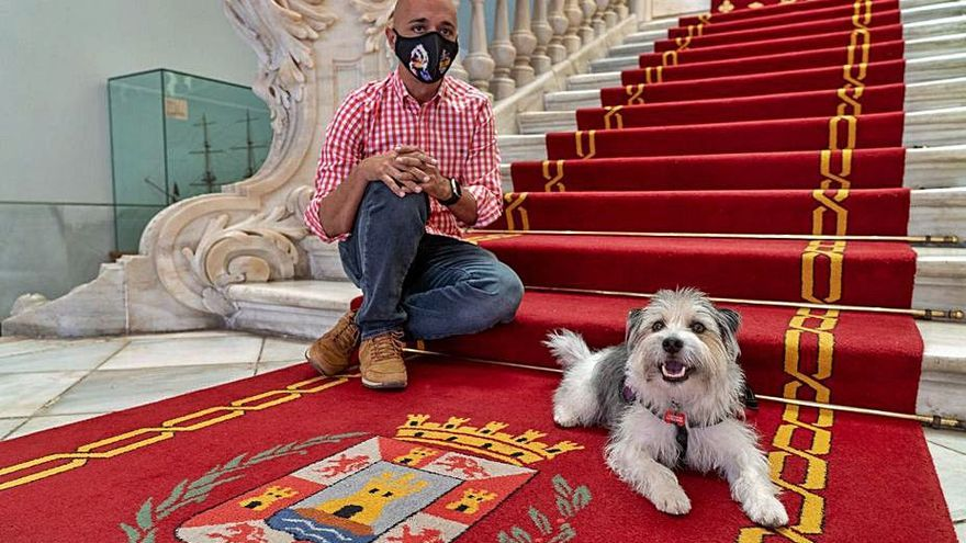Jorge Conesa y Sheldon en el Palacio Consistorial.