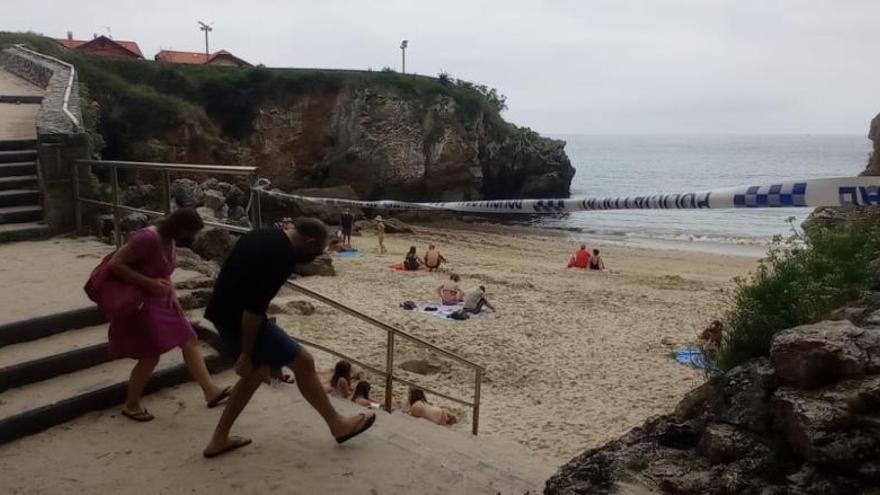 Cierran al baño tres playas de Llanes por una mancha