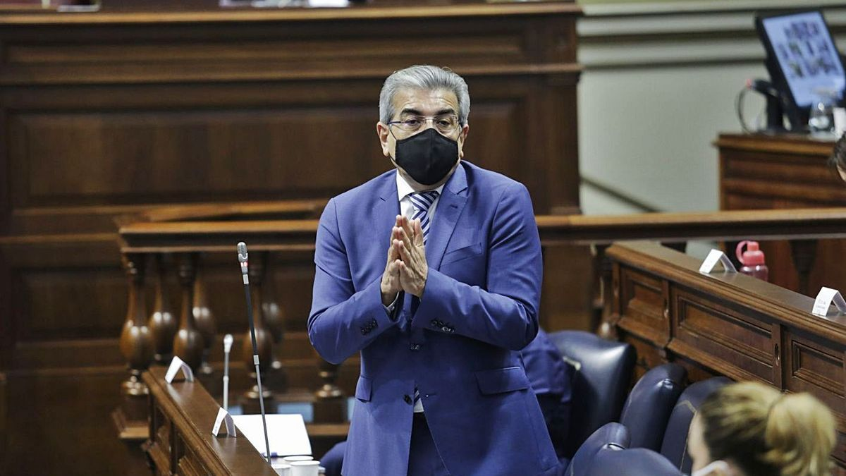 Román Rodríguez, consejero de Hacienda regional, en un pleno del Parlamento de Canarias.