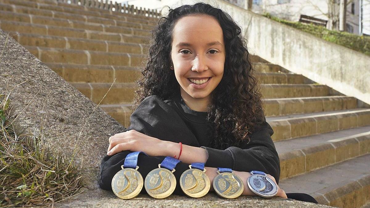 La jove gimnasta gironina Judit Carmaniu, de només 15 anys, amb algunes de les medalles que ha aconseguit.