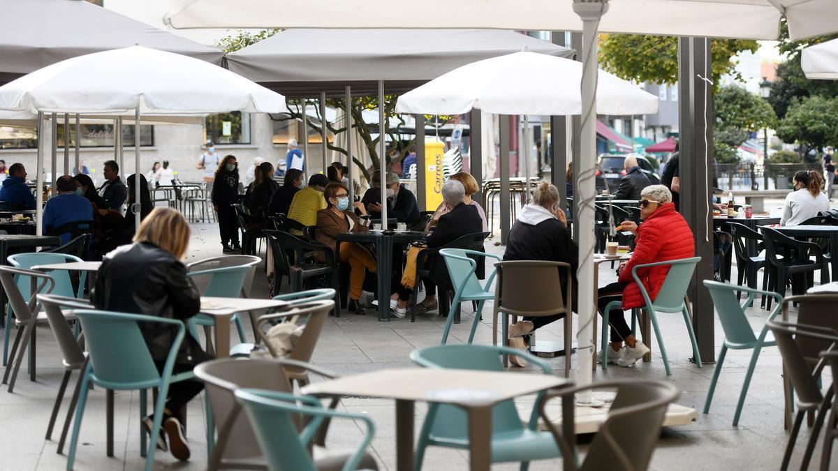 Gente disfrutando de las terrazas de hostelería en Pontevedra