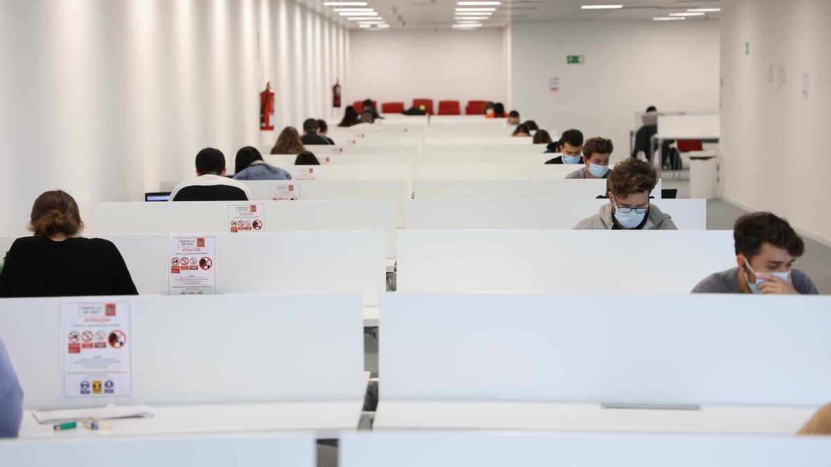Estudiantes en época de oposiciones en la biblioteca del Mar de Vigo.