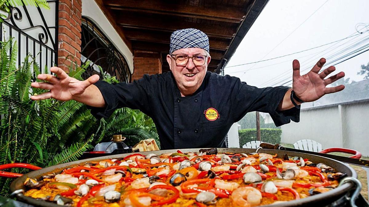 Pasqual Martorell, ambaixador de la paella a Costa Rica, amb un dels seus arrossos. | L-EMV