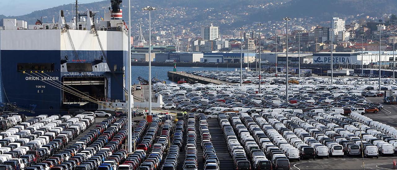 Miles de vehículos listos para su embarque en la terminal de transbordadores de Bouzas