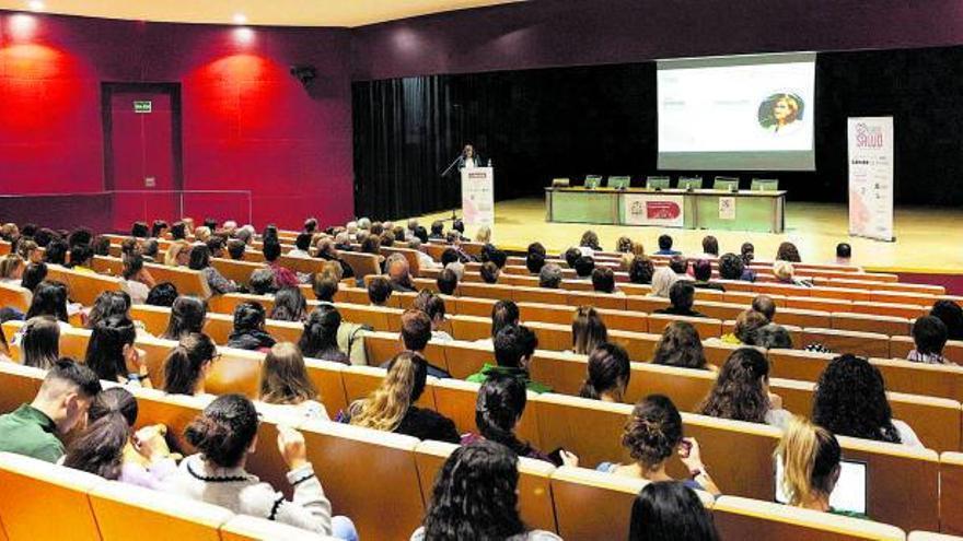 Jornada sobre el cáncer de mama celebrada el año pasado en el salón de actos del Campus Universitario Viriato. | Nico Rodríguez