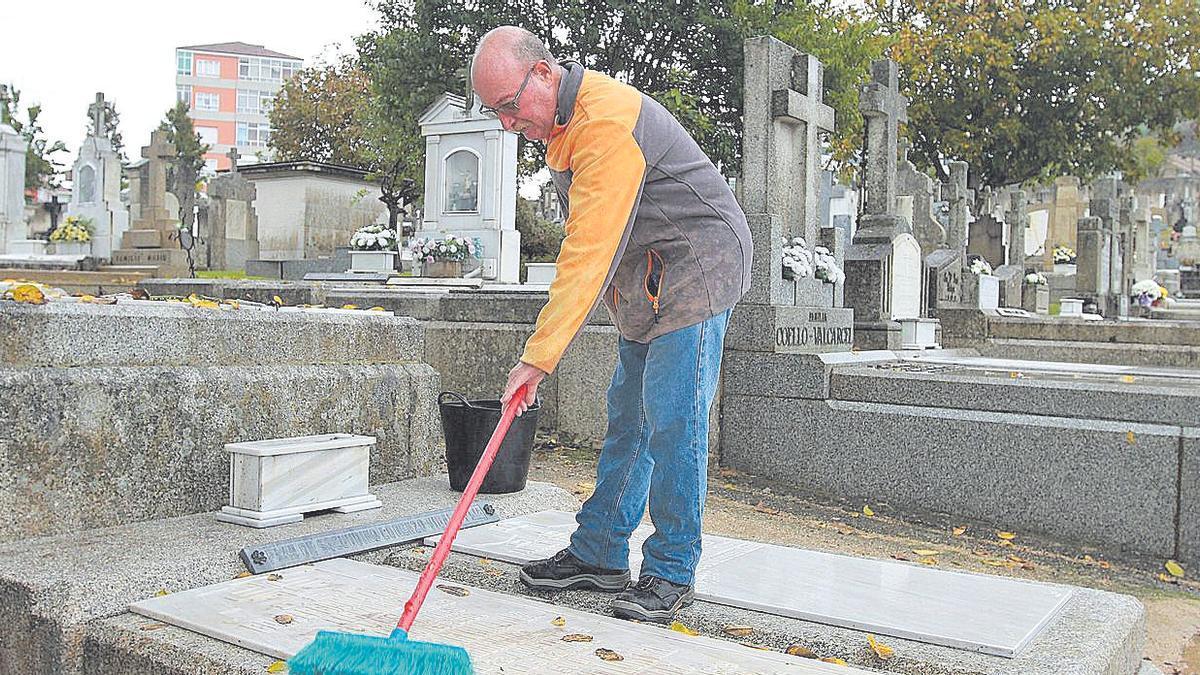 Limpieza de sepulturas en el cementerio de San Francisco.