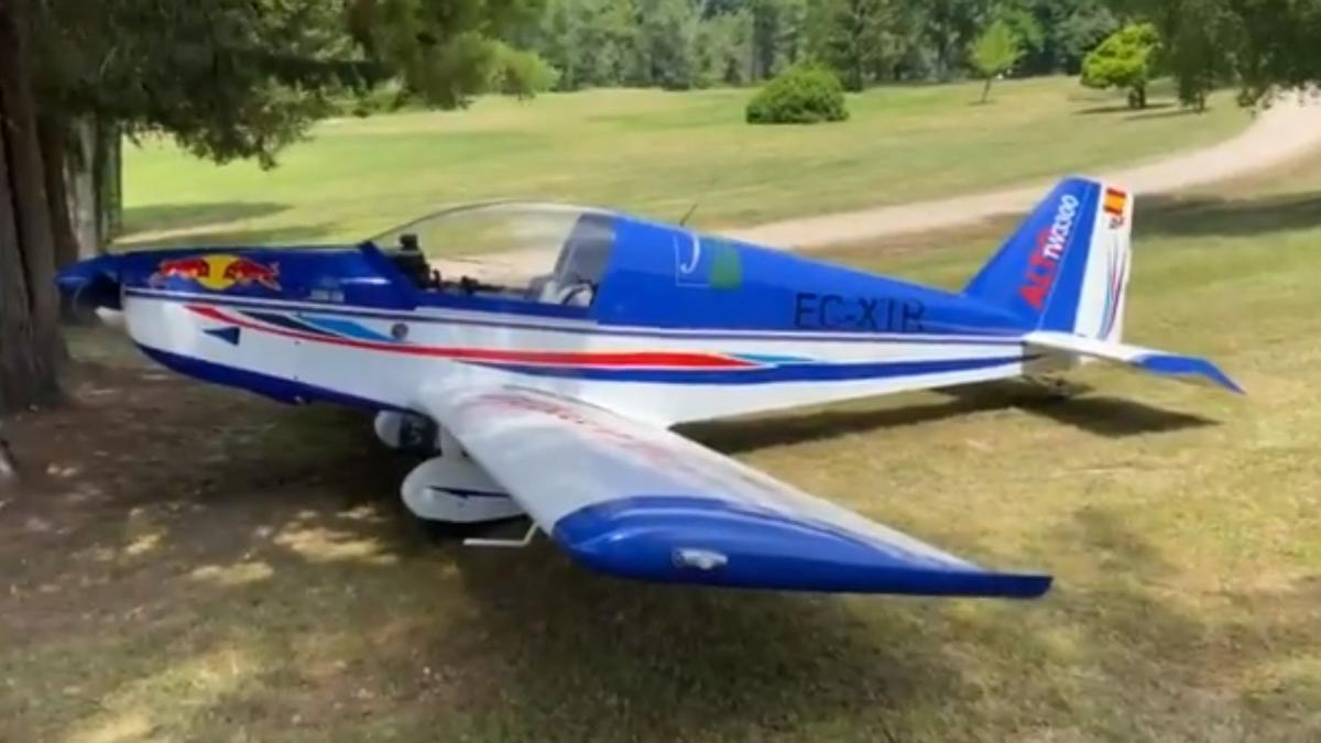 """Avioneta """"estacionada"""" en el campo de golf de Mondariz"""