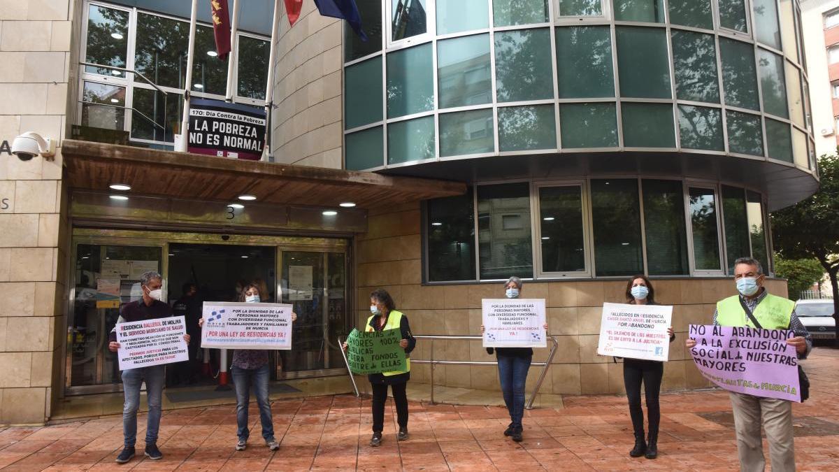 Representantes de la Marea de Residencias protestaron ante la Consejería de Política Social la semana pasada.