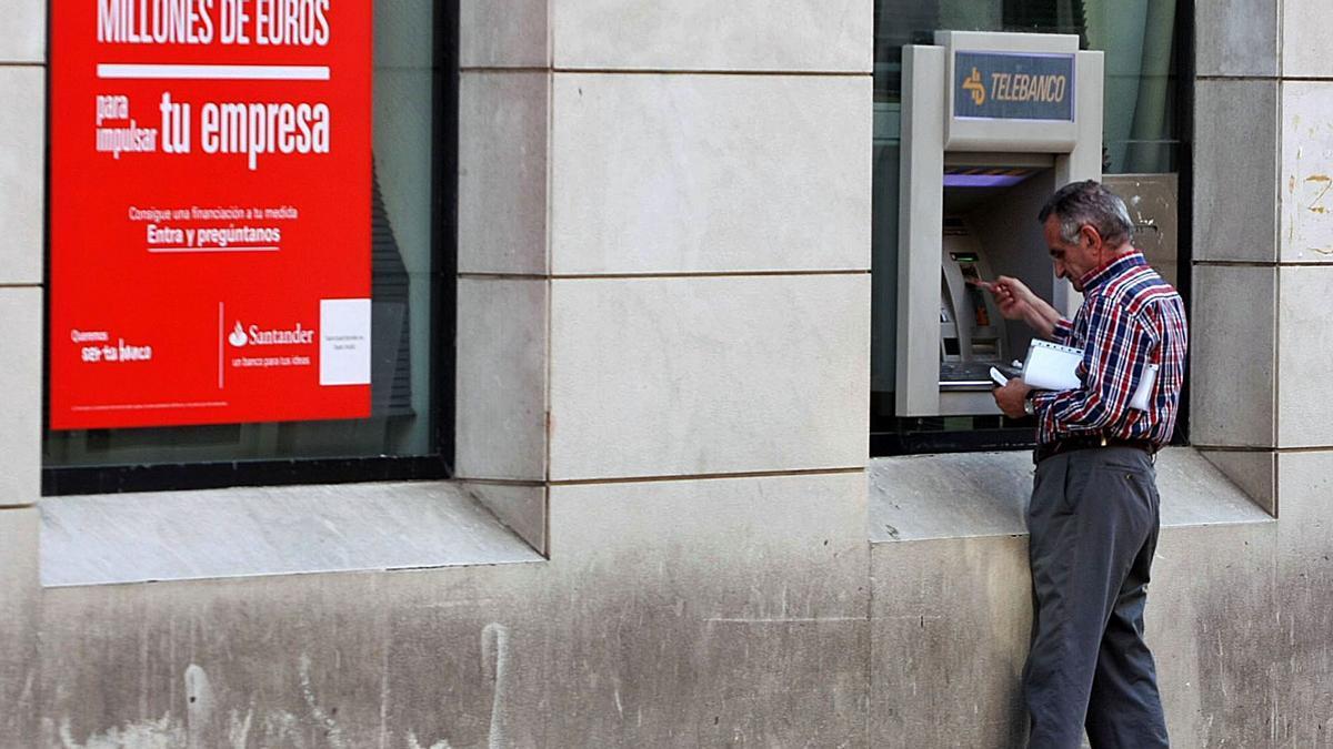 Un usuario en un cajero electrónico de Málaga capital.
