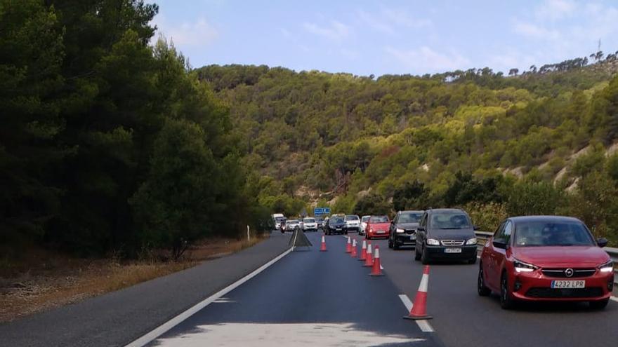 Colas kilométricas en la autopista de Andratx por el vertido de aceite del motor de un autobús