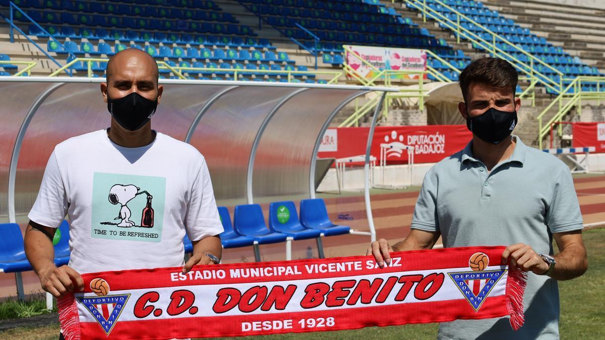 Branco y Carlos López, posando con la bufanda del Don Benito.
