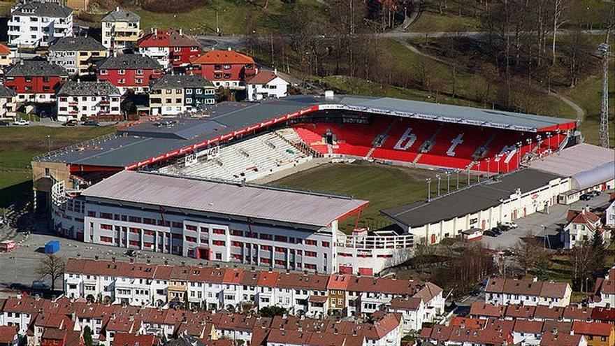 Un futbolista acomiadat i deu d'amonestats per una orgia en un estadi de Noruega