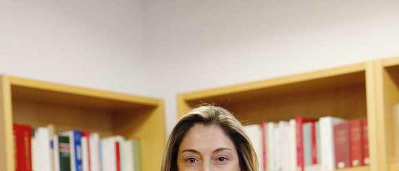 Elena Fernández González, ayer, en la biblioteca de la quinta planta de los Juzgados de Avilés.