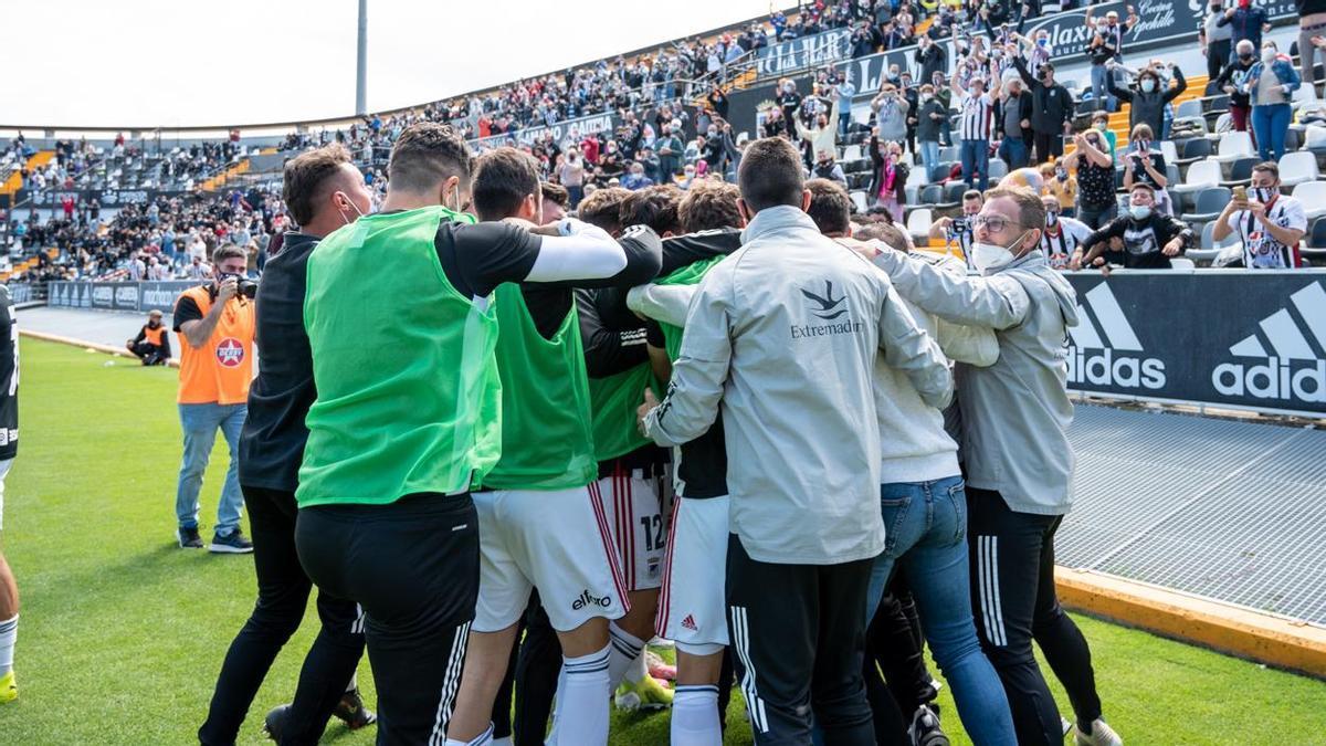 Jugadores y cuerpo técnico del Badajoz celebran la última victoria en el Nuevo Vivero, ante el Castilla.