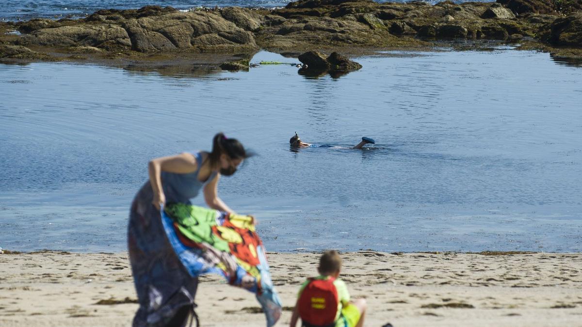 Bañistas en la playa de Riazor.
