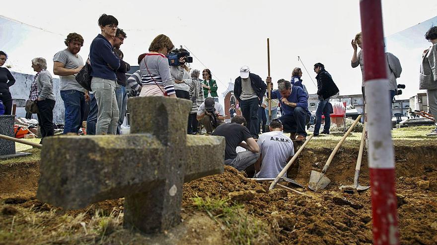 IU pide que se busquen más restos de Les Candases en el cementerio de Bañugues