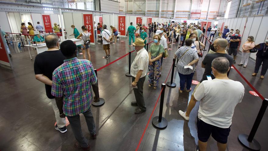 Cientos de personas hacen cola en Ciudad de la Luz para recibir la vacuna contra el covid