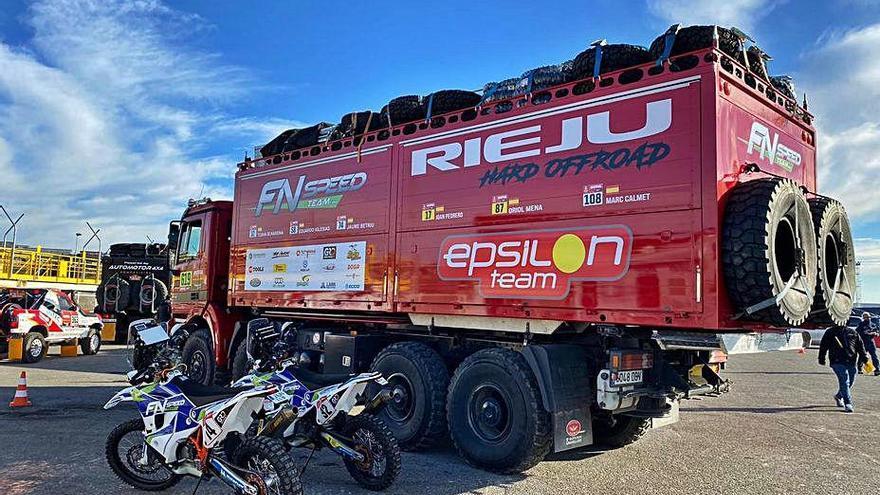 Els vehicles del Dakar van embarcar ahir a Marsella