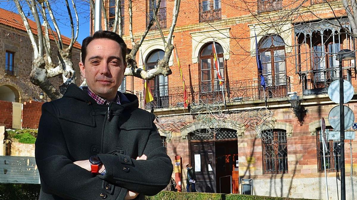 Luciano Huerga, en la Plaza del Grano, con el edificio consistorial al fondo.   E. P.