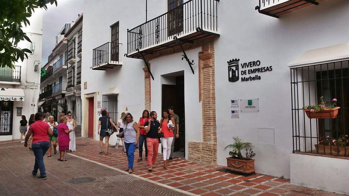 Un grupo de personas sale del Vivero de Empresas de Marbella, anexo al Ayuntamiento.