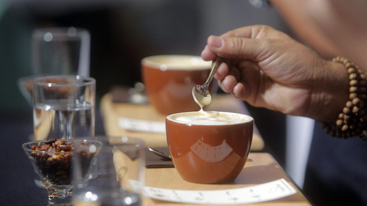 Una ciudadana degusta un café en un concurso de catas