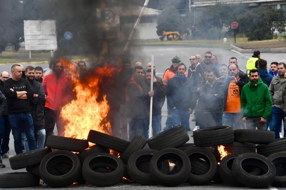 Quema de neumáticos en Alcoa por el cierre