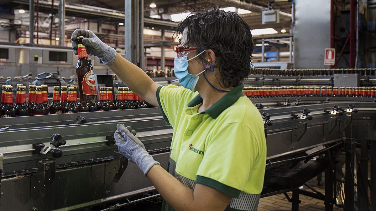 Un operario de Amstel en la fábrica valenciana.