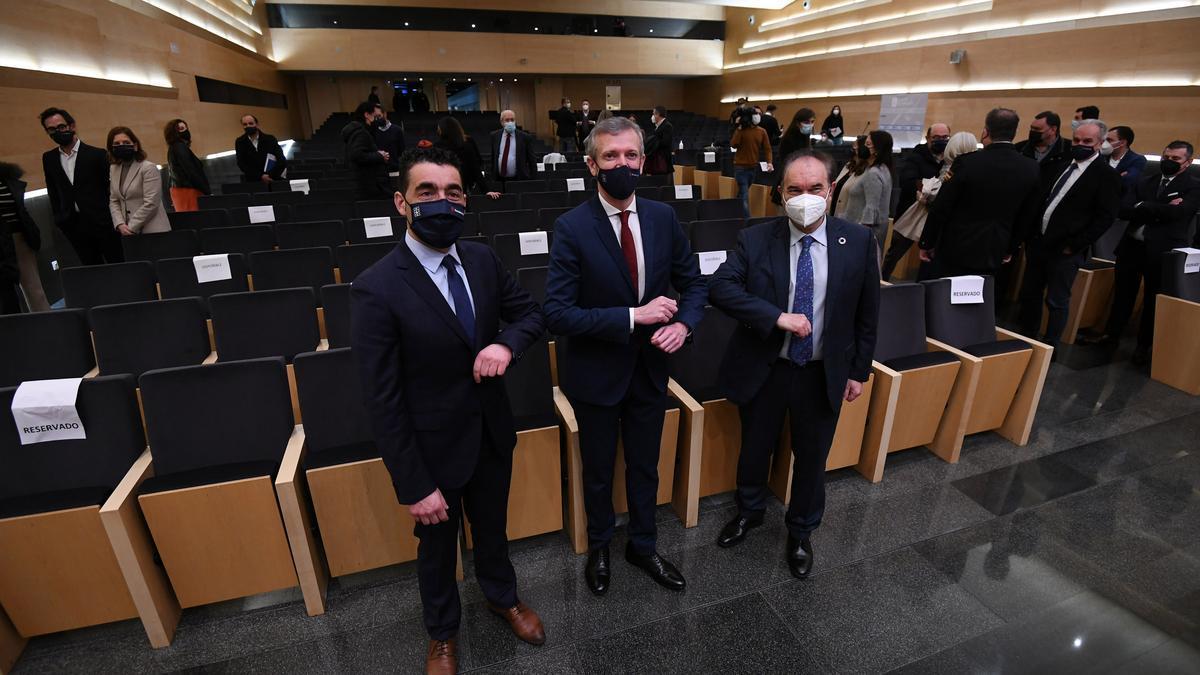 El nuevo delegado de la Xunta, Luis López, con Alfonso Rueda y el alcalde de Lalín, José Crespo