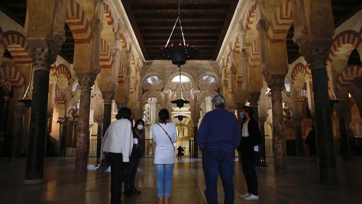 Unos turistas en el interior de la Mezquita-Catedral.